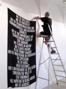 NO MANIFESTO (después de Yvonne Rainer). Joan Morey, 2015 Impresión en seda, 137 x 250 cm. Photo de montaje en sala: Yann Leto